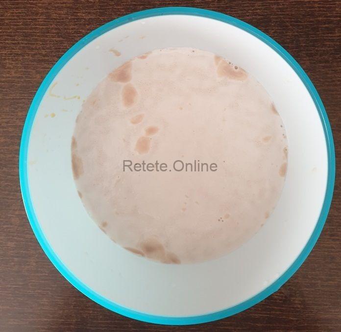 Amesteca drojdia cu zaharul si laptele cald
