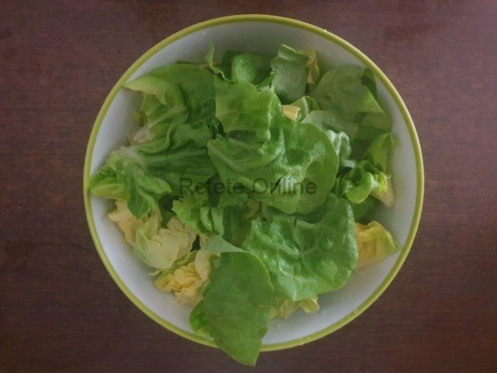 Intre timp, desfa frunzele de salata verde