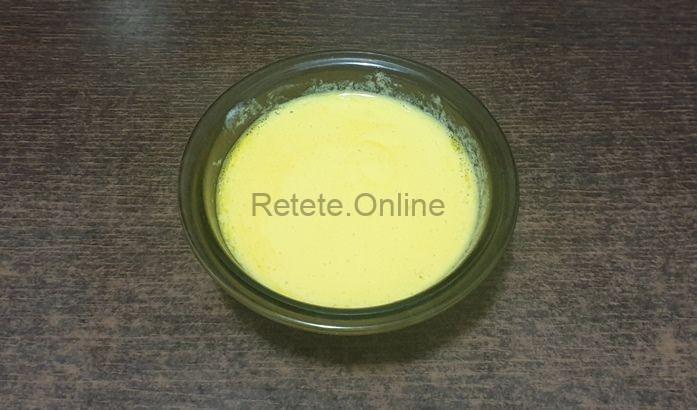 Intre timp, sparge un ou intreg pentru ciorba de salata verde