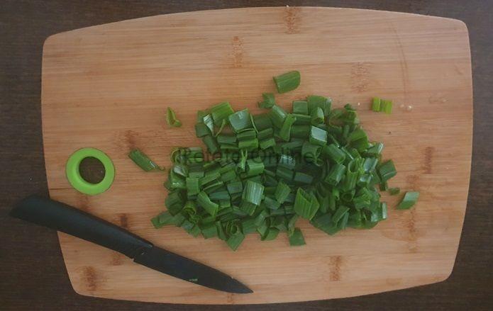 Pregateste cozile de ceapa verde