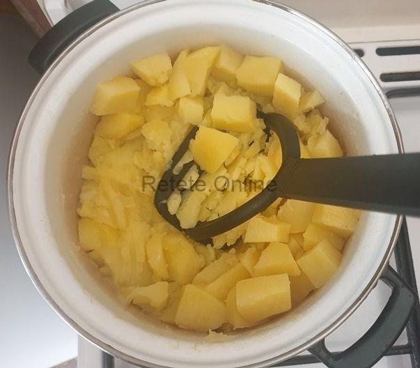 Verifica cu o furculita daca sunt fierti cartofii