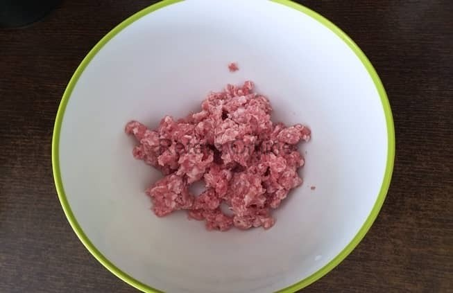 Pune carnea de porc tocata intr-un castron