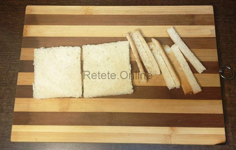 Indeparteaza coaja la 2 felii de paine