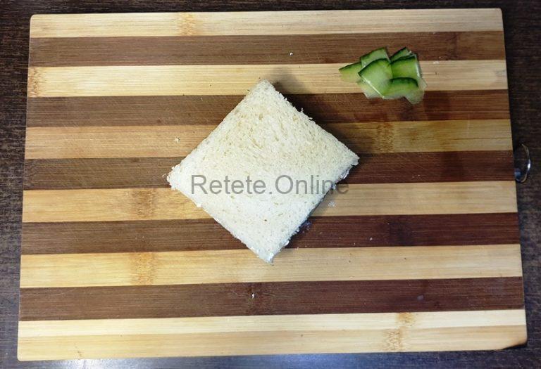 Intoarce sandwich-ul cu partea cu castravetele in jos