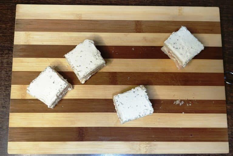 Pune cealalta felie de paine peste felia cu creveti