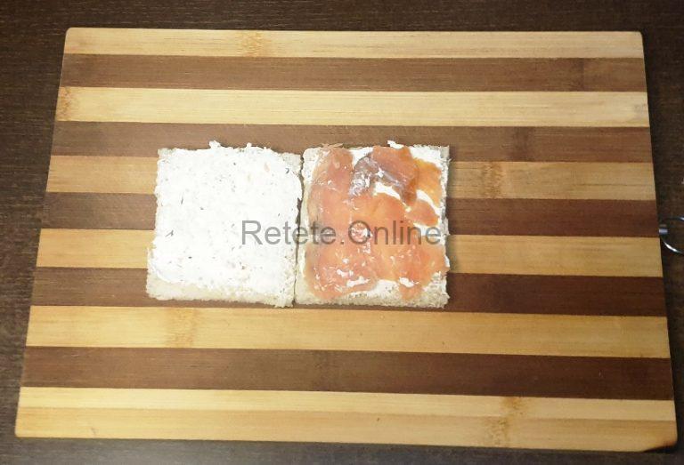 Unge feliile de paine cu crema de branza si pune somonul