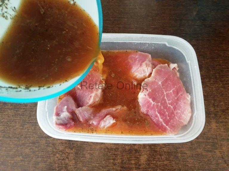 Pune feliile de carne intr-un castron