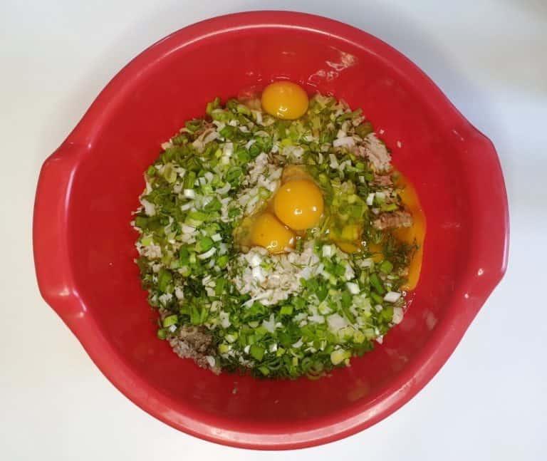 Adauga ceapa, usturoiul, mararul si ouale
