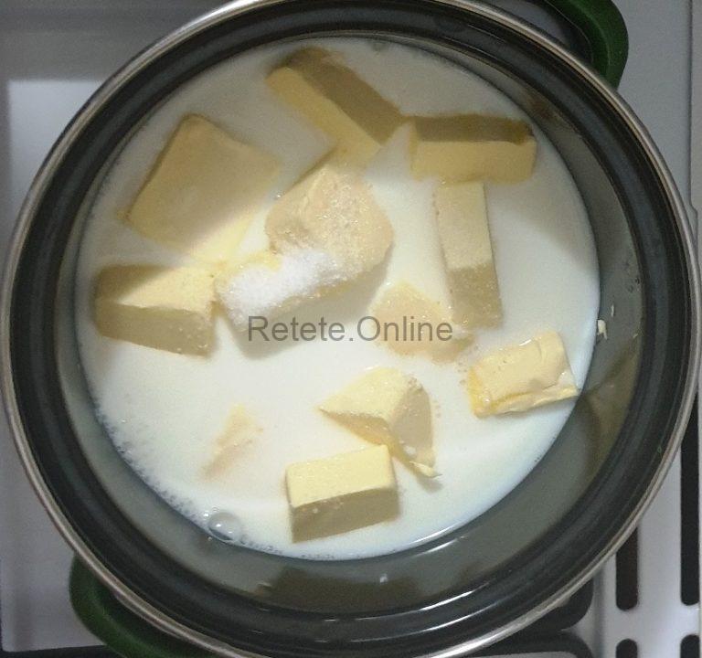 Amesteca laptele rece, untul taiat cuburi si zaharul
