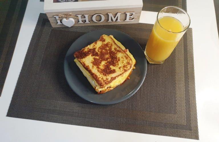 Pune sandwichul cu omleta pe o farfurie