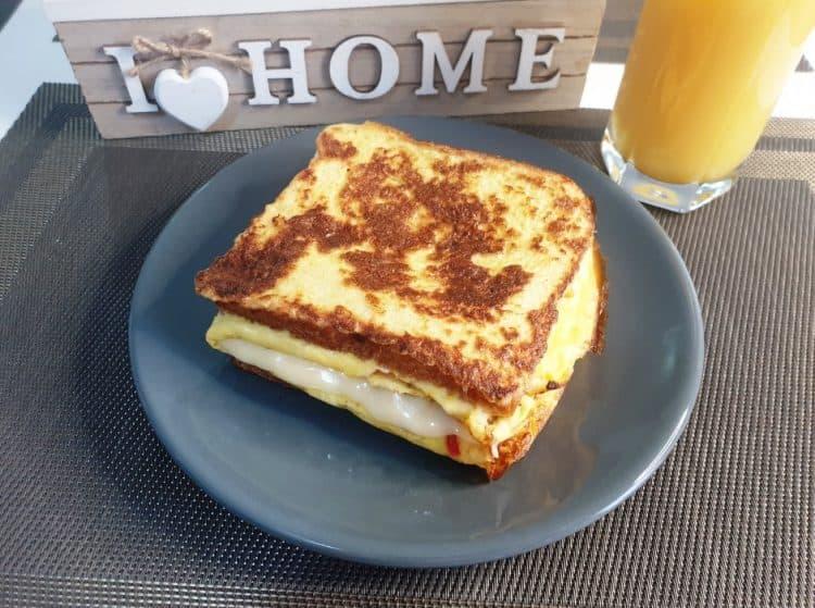 Sandwich cald cu omleta