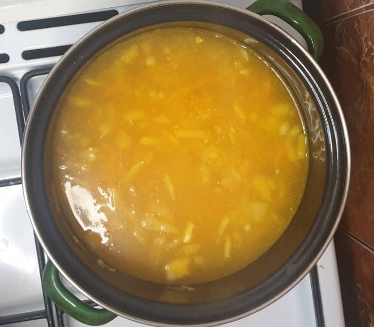 Toarna apa in care ai fiert urzicile peste legume si orez