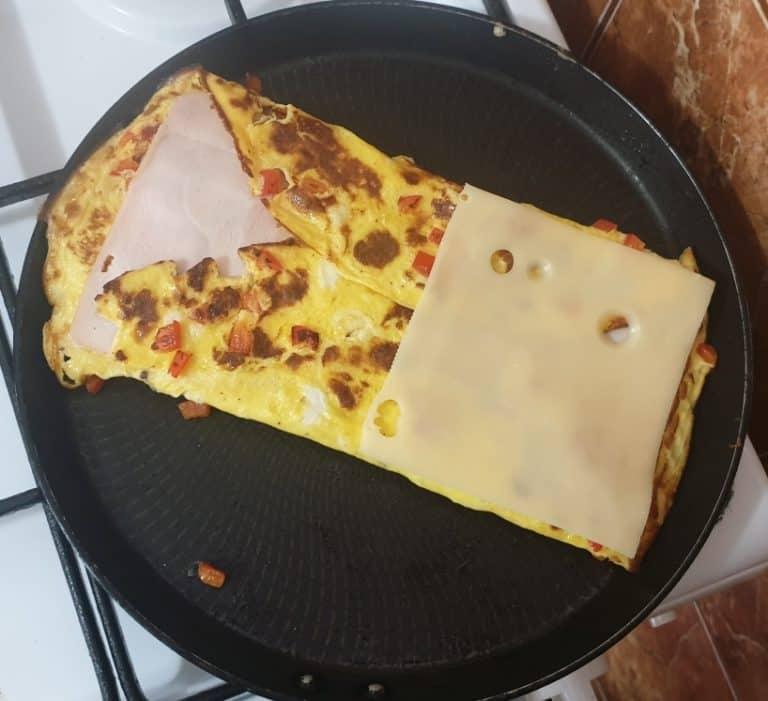 Trage marginile omletei peste feliile de paine