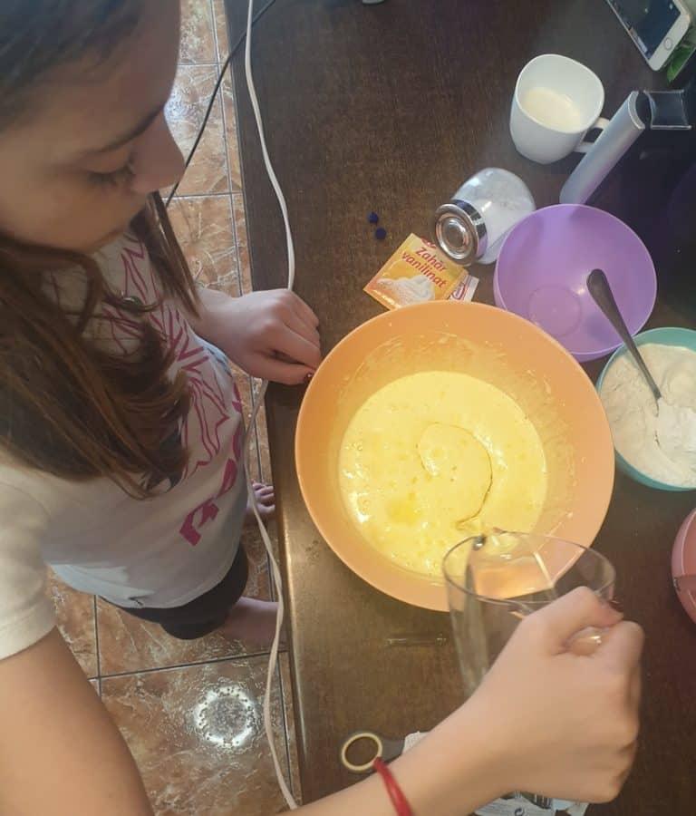 Esenta de vanilie, uleiul de floarea soarelui si laptele rece