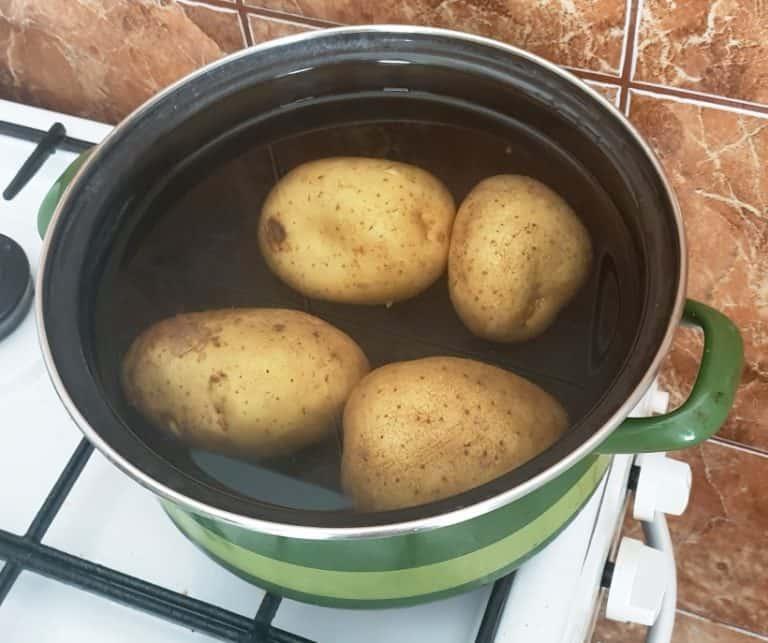 Fierbe cartofii