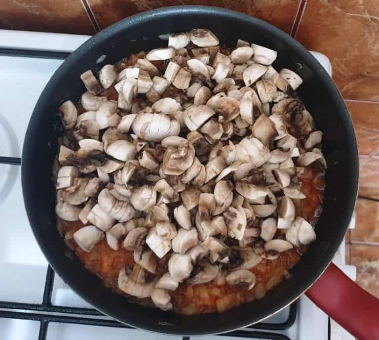 Toaca ciupercile si adauga-le peste ceapa