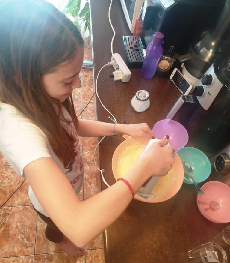 Toarna faina si praful de copt in compozitia de oua, zahar, lapte si ulei