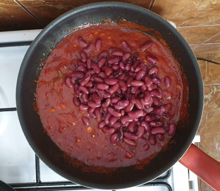 Adauga fasolea in sosul de rosii