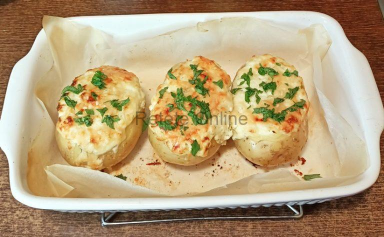 Cartofii umpluti cu branza la cuptor sunt gata