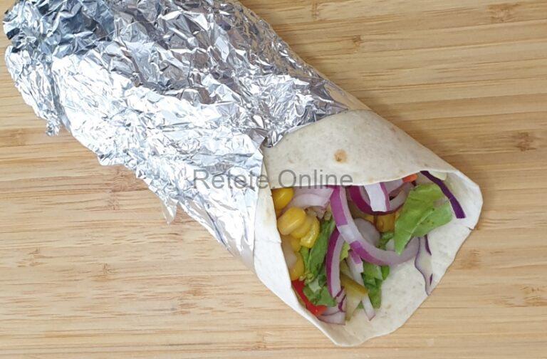 Serveste burrito vegetarian cald