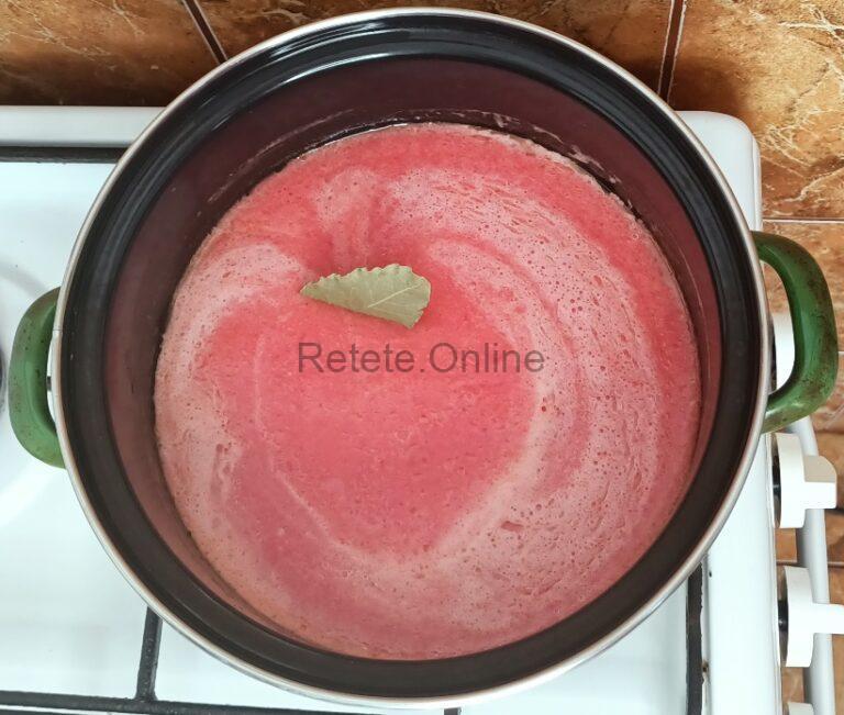 Adauga sucul de rosii peste uleiul incins
