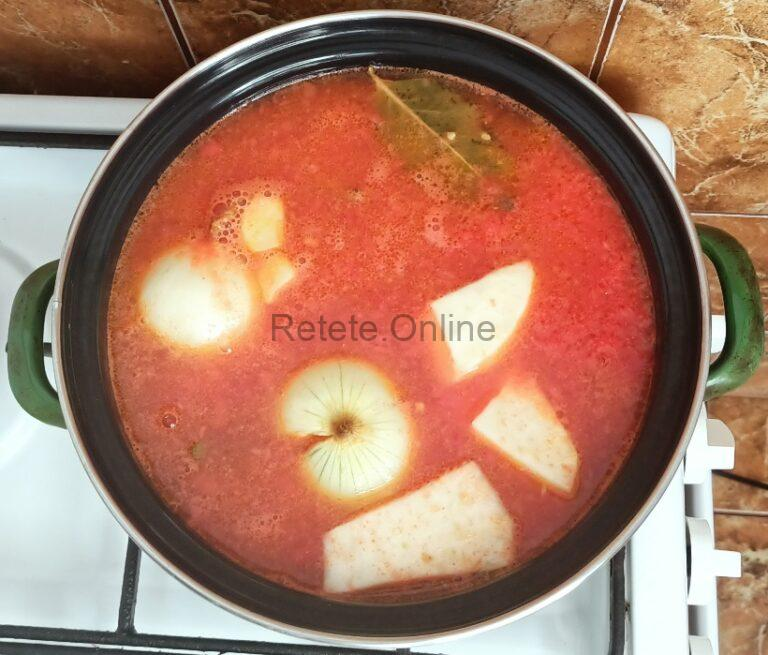 Pregateste legumele pentru supa de rosii